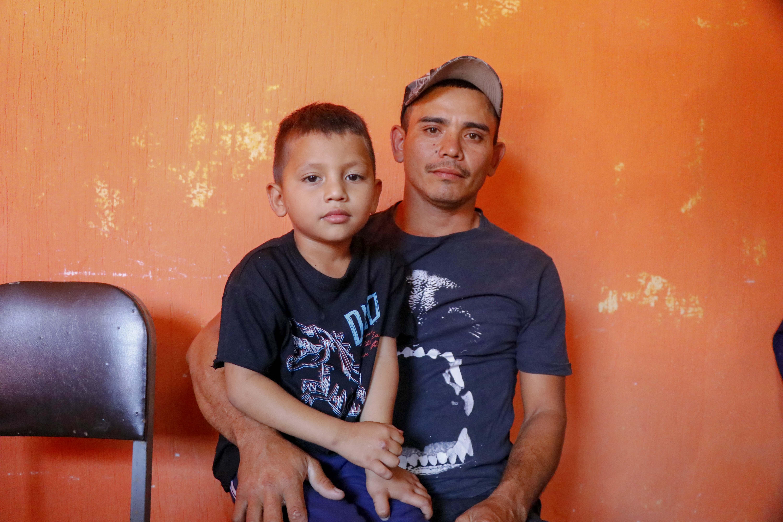 José Hernández y su hijo esperan integran la caravana de hondureños que pretende llegar a Estados Unidos. (Foto Prensa Libre: Esaú Colomo).