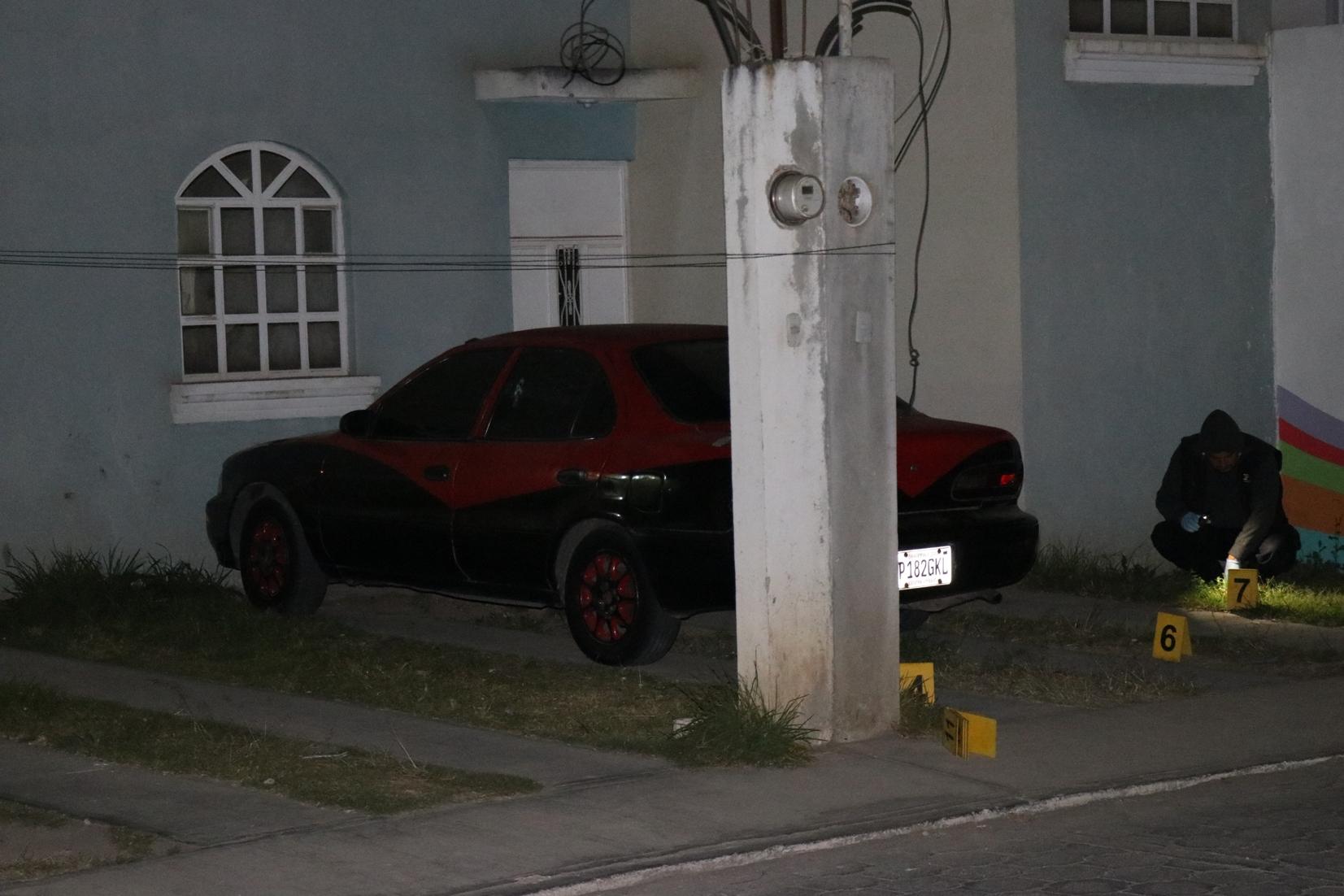 Investigadores del MP recolectan evidencias  en donde estaba estacionado el vehículo. (Foto Prensa Libre: María Longo).