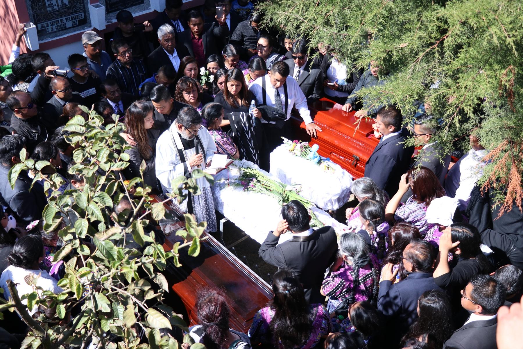 El ultimo día del 2018 los hermanos Velásquez Matul enterraron a sus familiares por los que pidieron justicia. (Foto Prensa Libre: María Longo)