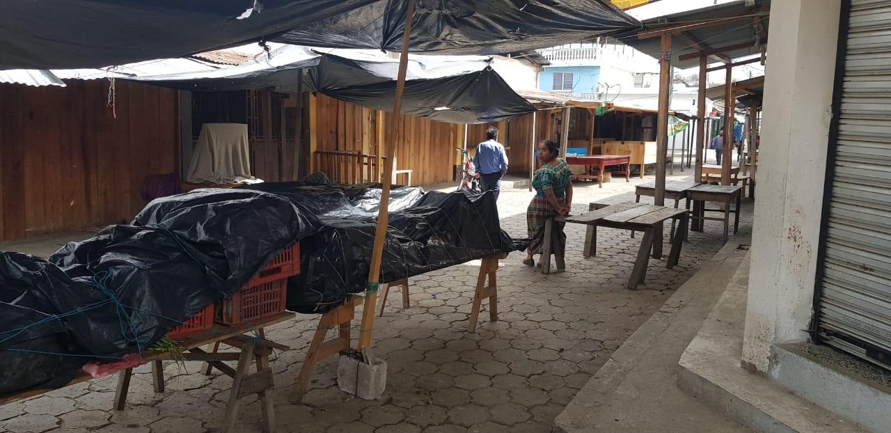 El mercado municipal y otros comercios dejaron de funcionar en señal de protesta por la falta de agua entubada. (Foto Prensa Libre: Héctor Cordero).