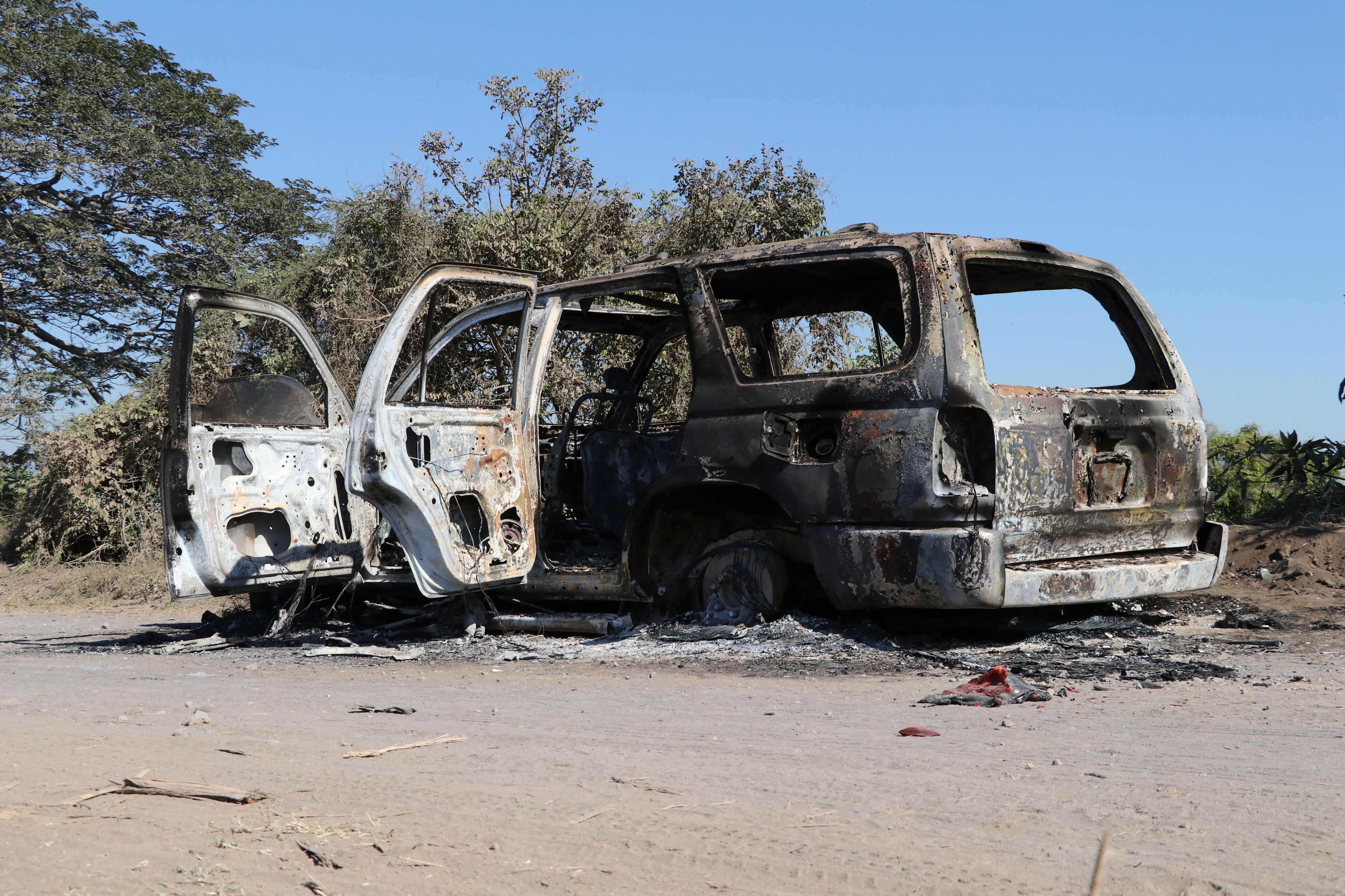 El vehículo fue encontrado quemado y se desconoce el paradero de los tripulantes. (Foto Prensa Libre: Carlos Paredes)