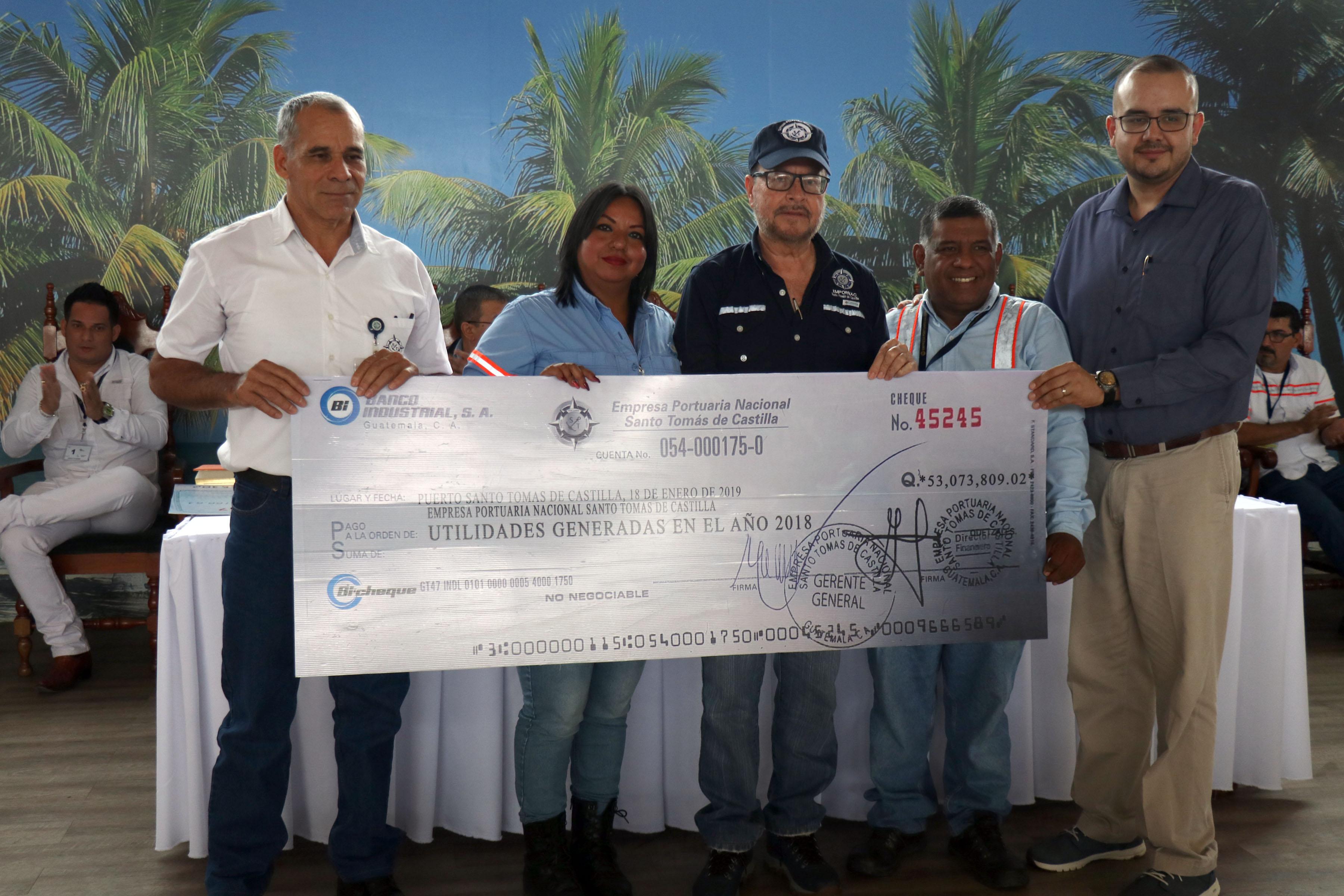 Trabajadores portuarios reciben por parte de las autoridades de la Empornac un cheque de forma simbolica a trabajadores