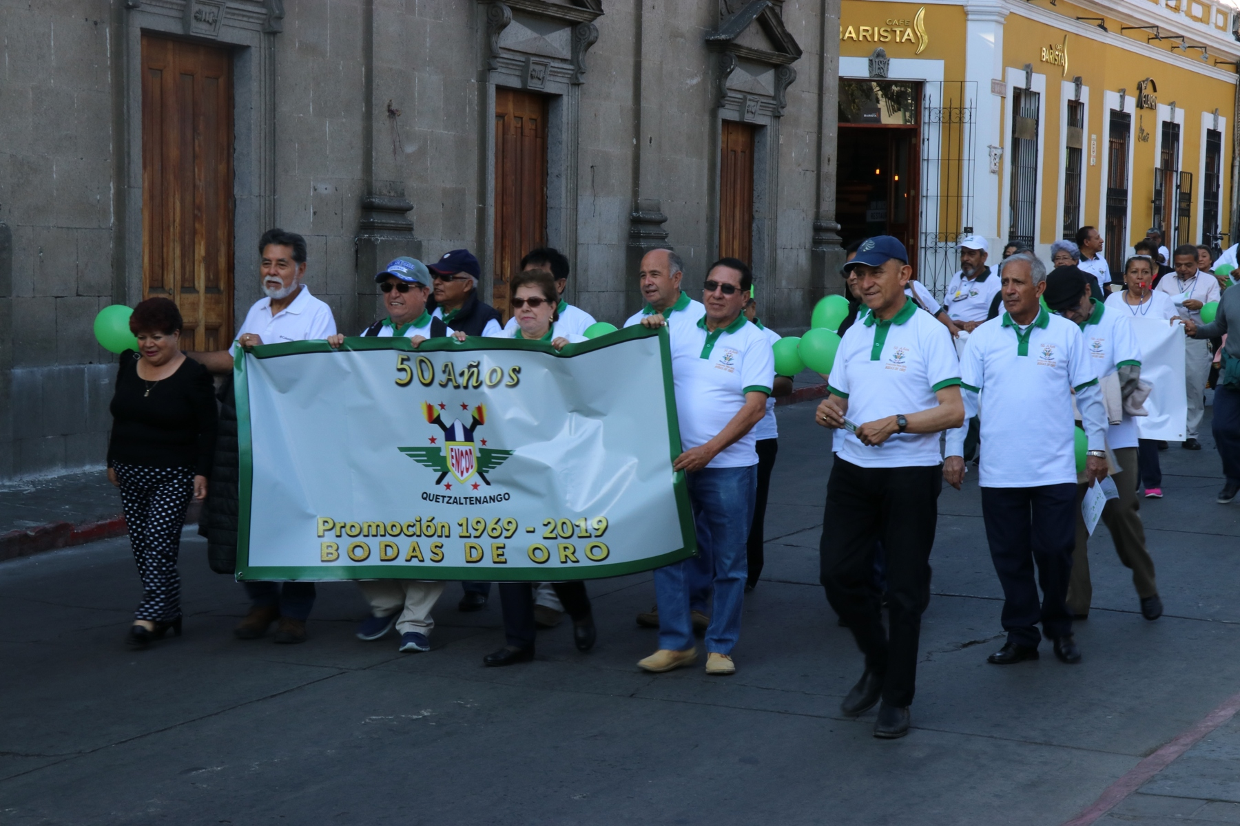 Exalumnos participan en una caminata que terminó en el parque central de Xela. (Foto Prensa Libre: María Longo)