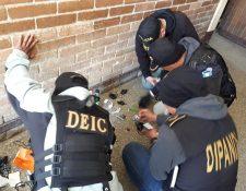 Investigadores de la Policía revisan los objetos encontrados en la cárcel de Cantel. (Foto Prensa Libre: María Longo)