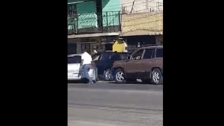 El video expone el momento en que un automovilista trata de atropellar a las personas con quienes discutió (Foto Prensa Libre: María Longo)