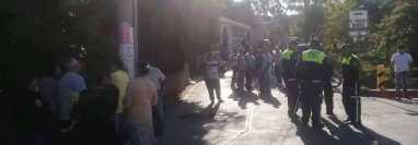 Curiosos permanecen en lugar donde fue atacada la maestra Marlyn Isabel López García, en Santa Catarina Mita. (Foto Prensa Libre: Mario Morales).