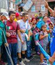Denis Omar Contreras cuando dirigía la primera caravana de hondureños que cruzó Guatemala en el 2018. (Foto Prensa Libre: Esaú Colomo).