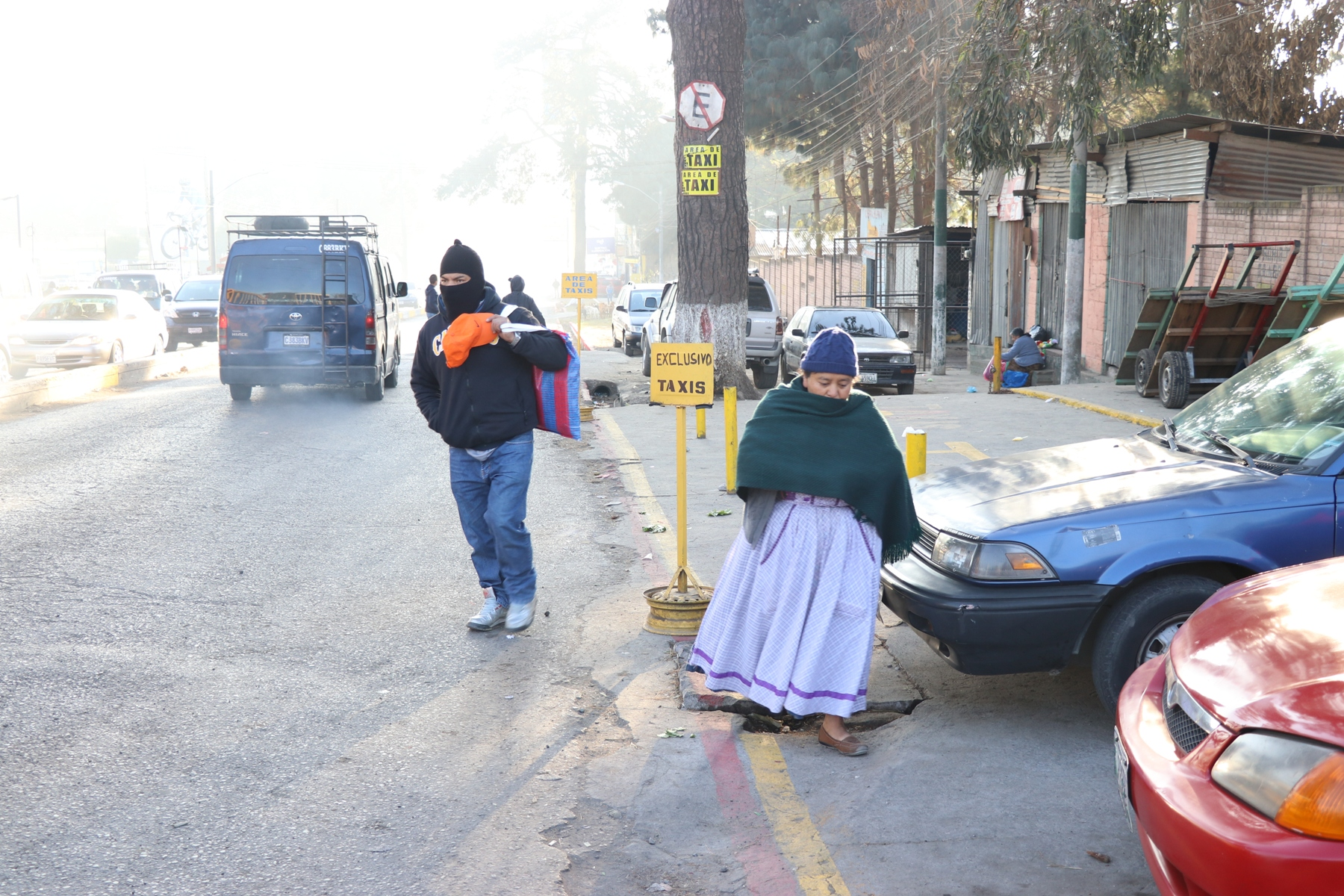 Vecinos de xela utilizan tapados, pasamontañas, gorras y bufandas para protegerse de las bajas temperaturas. (Foto Prensa Libre: María Loongo)