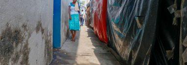 Personas caminan en calle contaminada, en la zona 1 de Retalhuleu. (Foto Prensa Libre: Esaú Colomo)