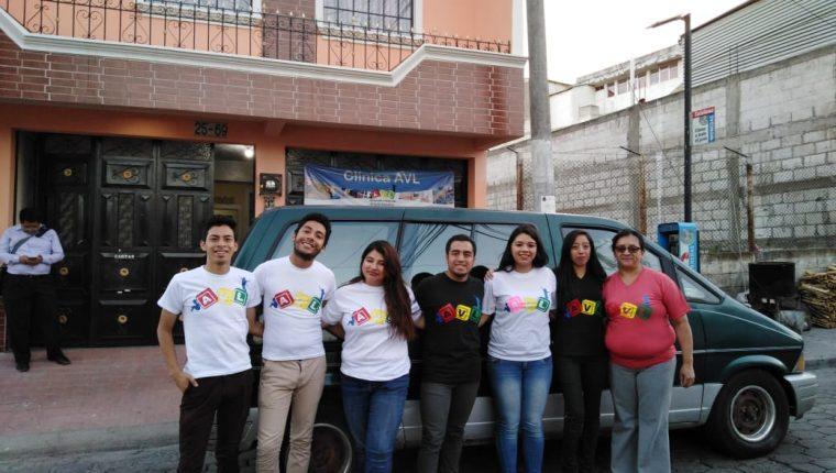 Integrantes y voluntarios de la asociación presentaron el vehículo que servirá para los pacientes.  (Foto Prensa Libre: Cortesía)