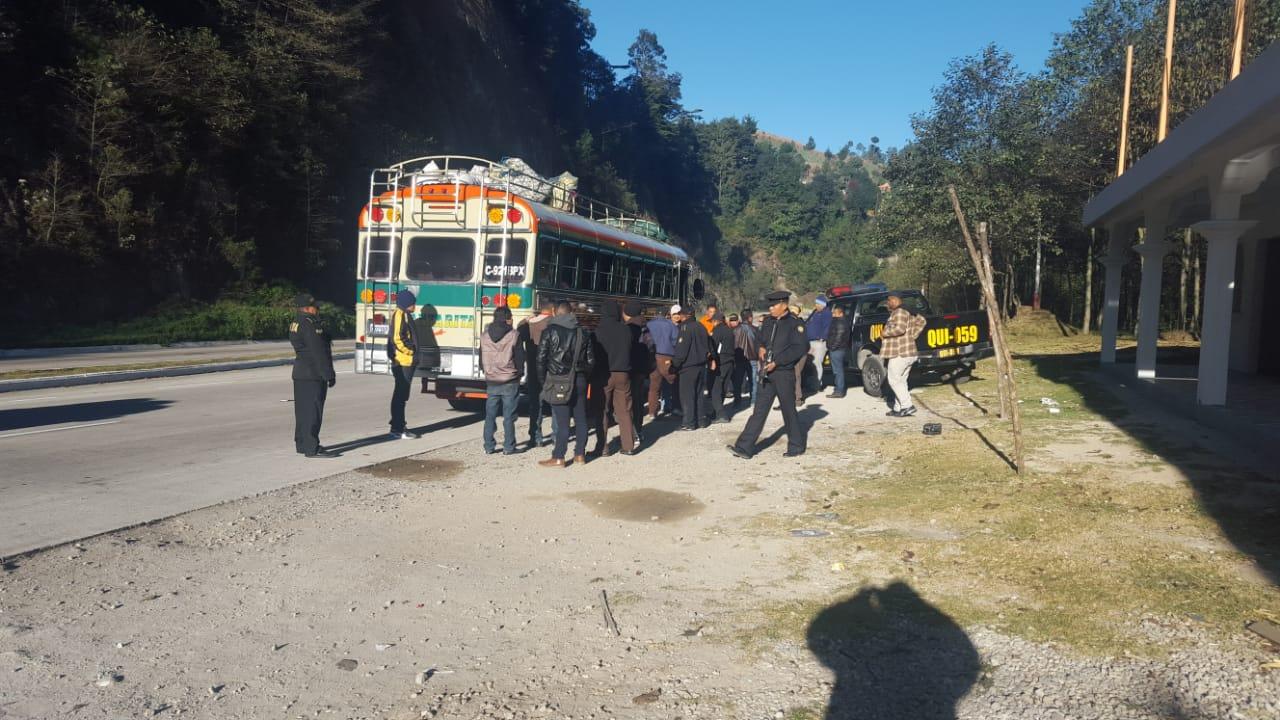 Efectivos de la PNC de Chupol efectúan operativos en la ruta para buscar a los delincuentes. (Foto Prensa Libre: Héctor Cordero).