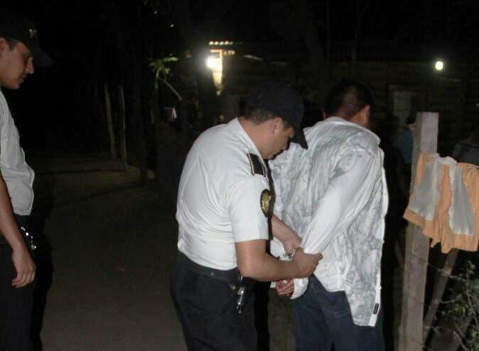 Momento de la captura de Fidelino Pérez García, en Zacapa. (Foto Prensa Libre: Mario Morales).