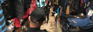 Autoridades resguardan el área donde fue hallado un nonato en el mercado de Cobán. (Foto Prensa Libre: Eduardo Sam).