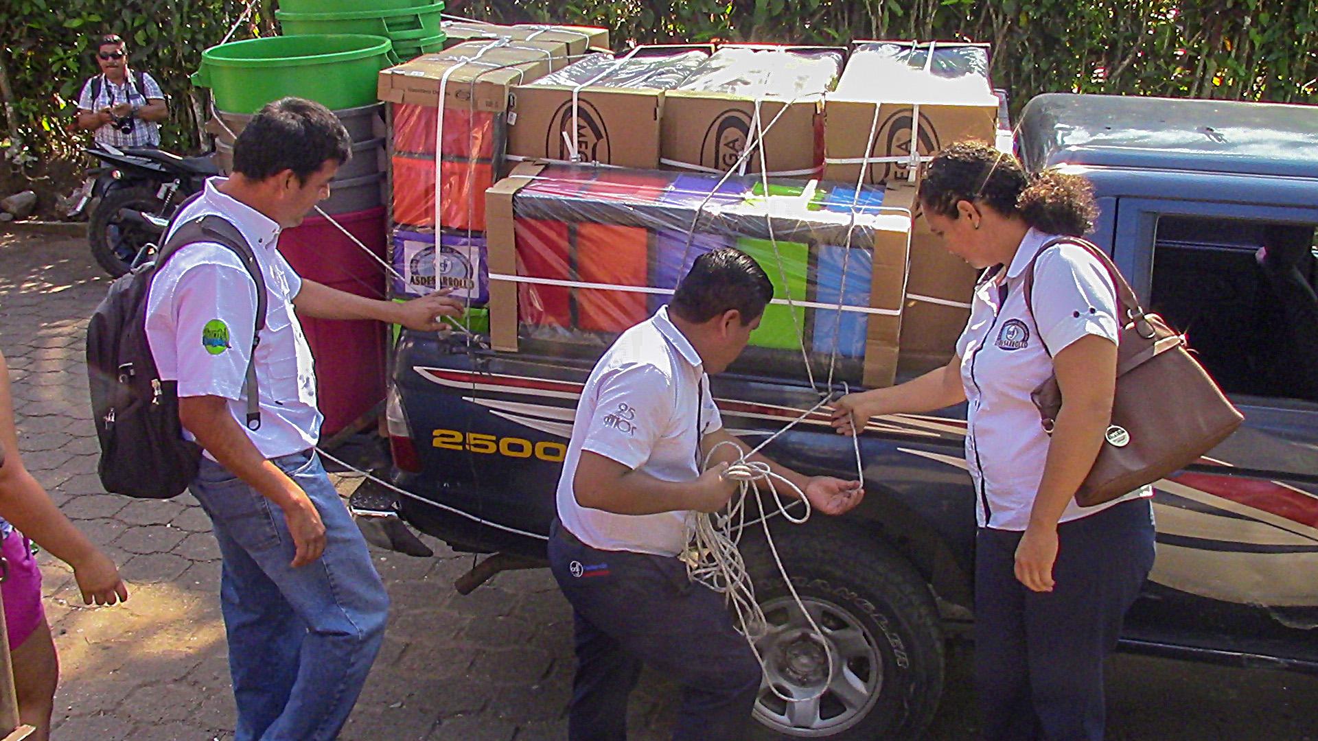 Parte de la donación que recibieron estudiantes de San Felipe, Retalhuleu. (Foto Prensa Libre: Esaú Colomo).