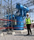 Juan Carlos Echeverri, gerente general de Trelec, y el Ministro de Energía y Minas, Luis Alfonso Chang, realizaron un recorrido en la subestación. (Foto Prensa Libre: Hilary Paredes)