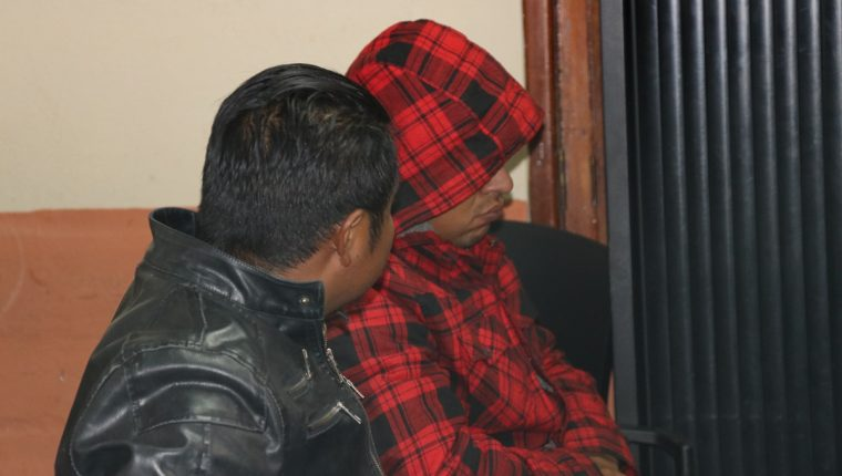 José Marcelo López García y Érik David Guerra Jiménez, agentes de la PNC, fueron ligados a proceso penal. (Foto Prensa Libre: Julio Sicán)