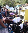 Amigos y vecinos acompañaron el cuerpo del poeta Ak´abal hasta el Cementerio General de Momostenango, Totonicapán, donde lo sepultaron (Foto Prensa Libre: María José Longo).