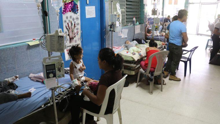 Menores con enfermedades respiratorias reciben atención en el Hospital Regional de Escuintla. (Foto Prensa Libre: Hilary Paredes).