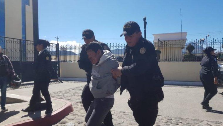 Augusto Sen Ajtún fue detenido por varios vecinos de Xela, quienes después lo entregaron a la Policía. (Foto Prensa Libre: cortesía)