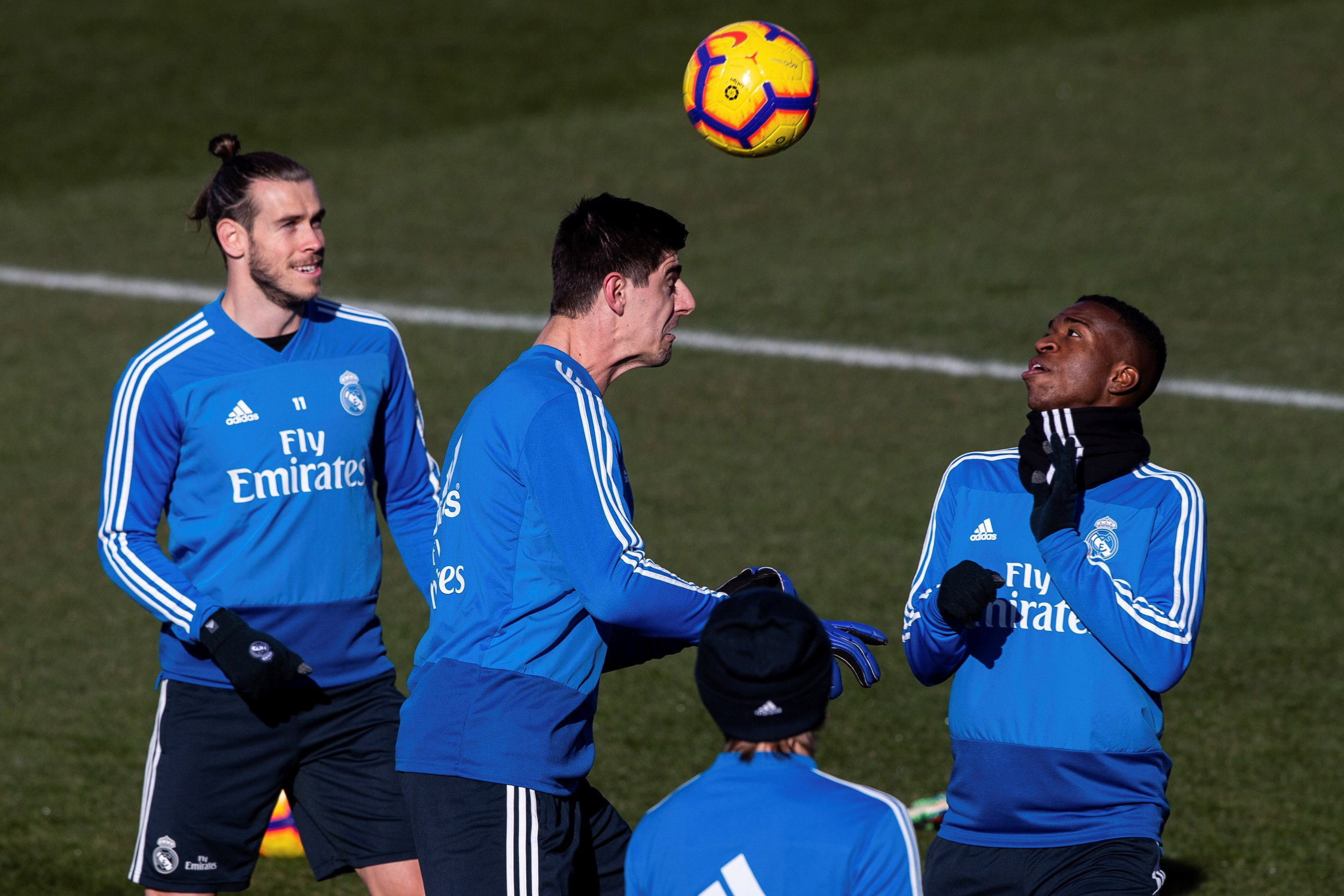 GRAF5420. Madrid (Spain), 26/01/2019.- Real Madrid's Welsh forward Gareth Bale (L), Belgian goalie Thibaut Courtois (C) and Brazilian forward Vinicius jr. (R) attend the team's training session in Valdebebas sports city in Madrid, Spain, 26 January 2019. Real Madrid faces RCD Espanyol 27 January 2019 in a Primera Division Liga match. (Brasil, España) EFE/EPA/Rodrigo Jimenez