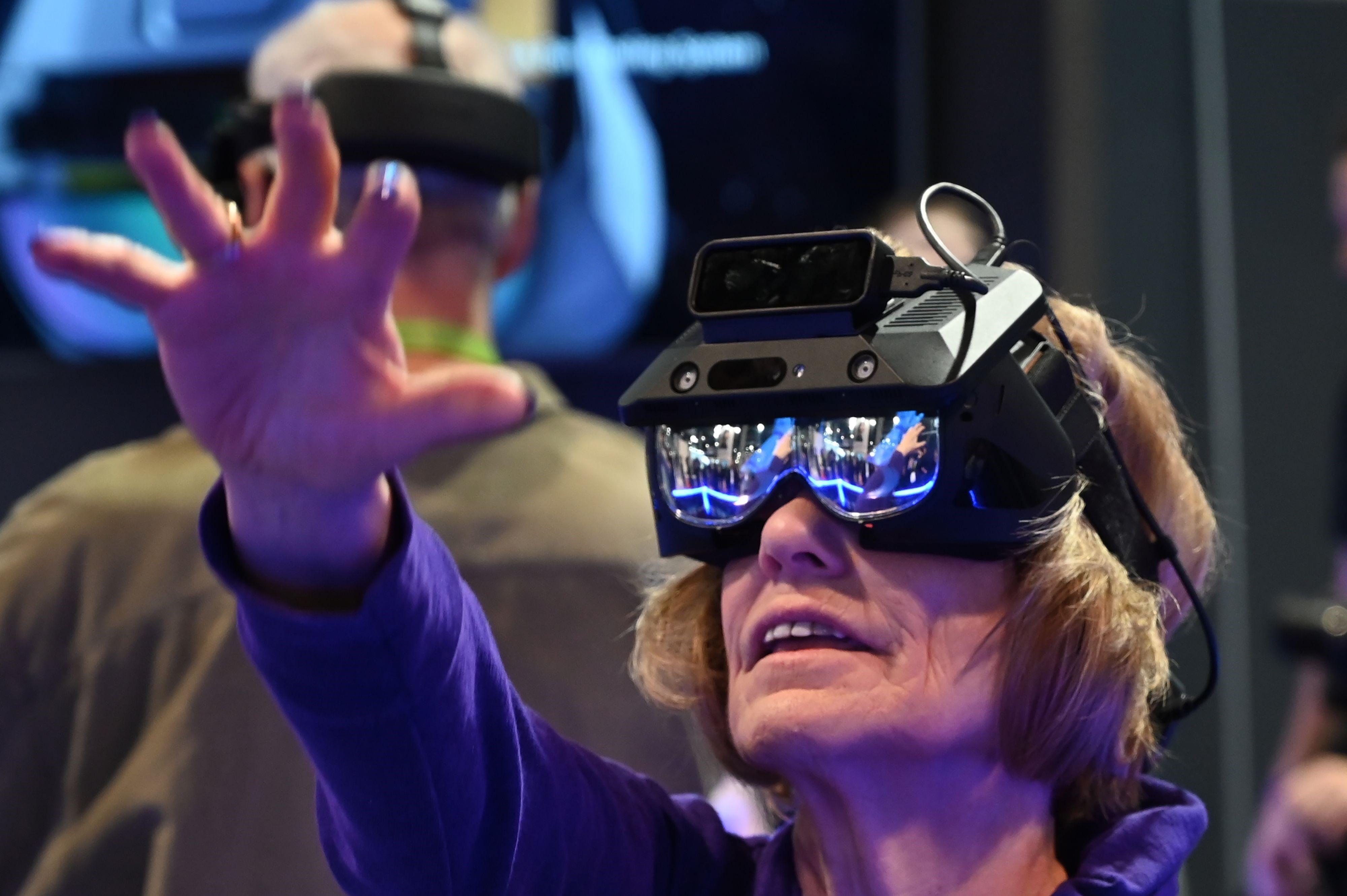 La realidad aumentada y otros dispositivos tecnológicos tienen demanda para los adultos mayores. (Foto, Prensa Libre: AFP).