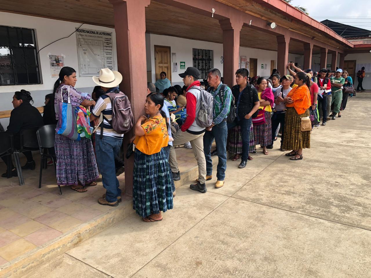 Largas filas se registran en las sedes del Renap a nivel nacional debido a un problema con sus sistemas informáticos. (Foto Prensa Libre: Eduardo Sam)