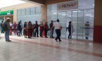 En varias sedes del Renap a nivel nacional se registraron problemas por fallas en el sistemas. (Foto Prensa Libre: Mike Castillo)