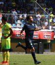 El mediocampista blanco Rodrigo Saravia celebra su primera anotación en Liga Nacional. (Foto Prensa Libre: Mike Castillo)
