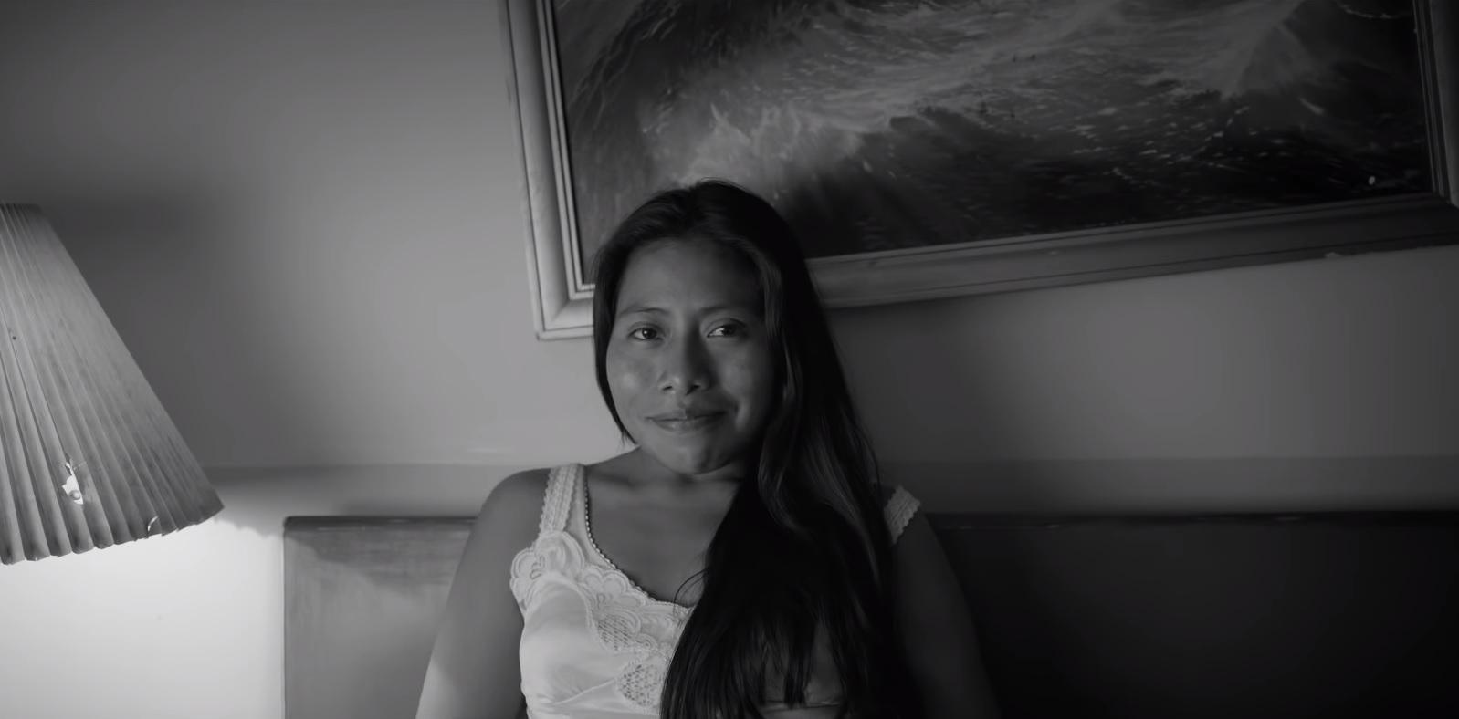 Roma narra la historia de una mujer indígena que trabaja en las labores domésticas para una familia de clase media en la década de 1970. (Foto Prensa Libre: YouTube)