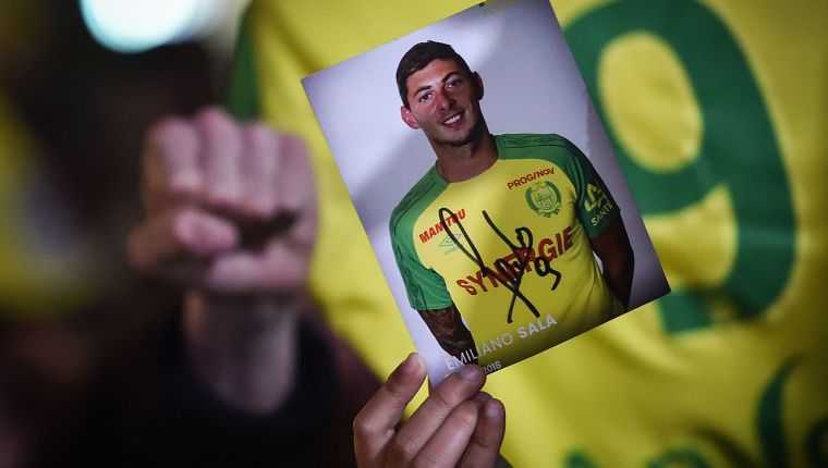 FC Nantes football club supporters gather in Nantes after it was announced that the plane Argentinian forward Emiliano Sala was flying on vanished during a flight from Nantes in western France to Cardiff in Wales, on January 22, 2019. - The 28-year-old Argentine striker is one of two people still missing after contact was lost with the light aircraft he was travelling in on January 21, 2019 night. Sala was on his way to the Welsh capital to train with his new teammates for the first time after completing a £15 million ($19 million) move to Cardiff City from French side Nantes on January 19. (Photo by LOIC VENANCE / AFP)