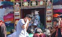 La imagen de Santo Tomás Apóstol carga en el brazo la de Ascensión del Señor, conocido como Santo Tomás Chiquito, (Foto Prensa Libre: Héctor Cordero).