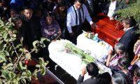 Amigos y familiares despidieron a los cuatro integrantes de la familia Velásquez Matul,enterrados en la 12 avenida del Cementerio General. (Foto Prensa Libre: María José Longo).