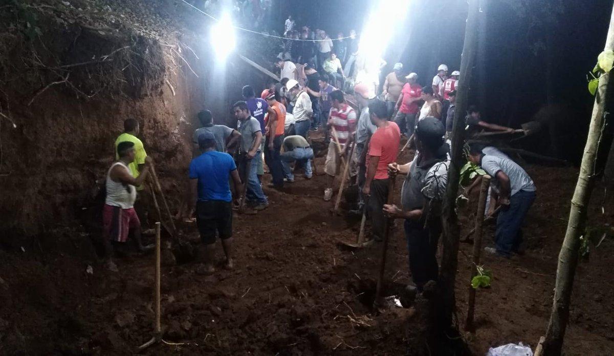 Integrantes de El Ejército de Guatemala apoyan en las tareas de rescate. (Foto Prensa Libre: @Ejercito_GT).