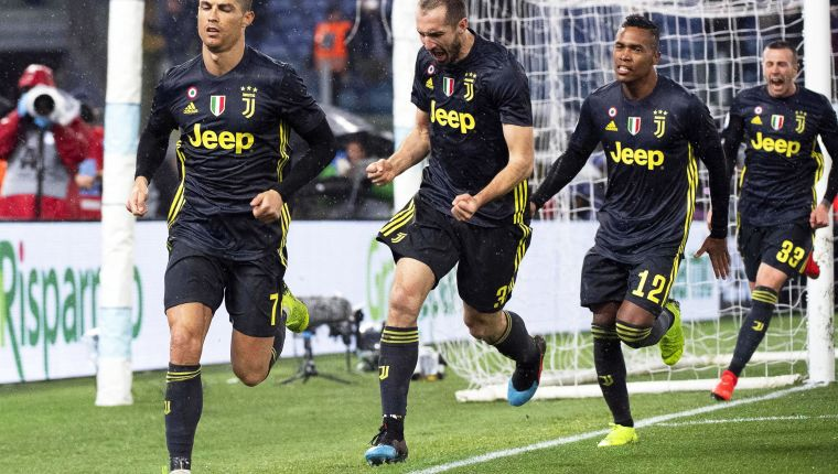 Rome (Italy), 27/01/2019.- Juventus' Cristiano Ronaldo (L) celebrates with his teammates Giorgio Chiellini (2-L), Alex Sandro (2-R), and Federico Bernardeschi (R) after scoring the 2-1 lead from the penalty spot during the Italian Serie A soccer match between SS Lazio and Juventus FC in Rome, Italy, 27 January 2019. (Italia, Roma) EFE/EPA/CLAUDIO PERI