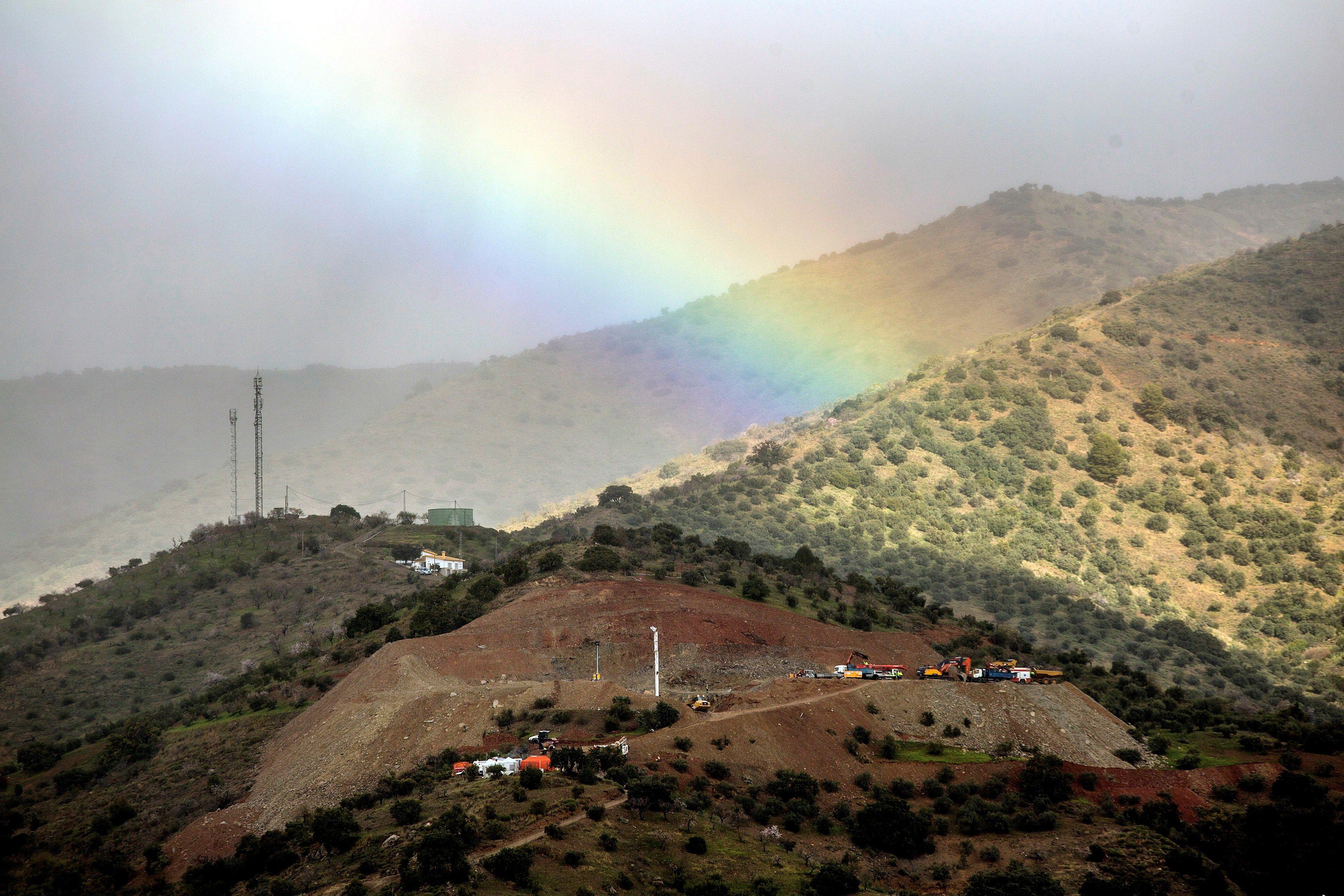Vista general de la zona en la que continúan los trabajos de rescate de Julen, el niño de dos años que cayó el pasado domingo a un profundo y estrecho pozo en la localidad de Totalán (Málaga). (Foto Prensa Libre: EFE)
