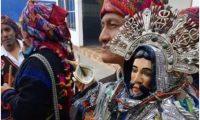 Imagen de la Ascensión del Señor que fue robada, en foto es portada por cofrade de Santo Tomás, en Chichicastenango, Quiché. (Foto: Héctor Cordero).