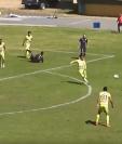 Rodrigo Saravia se dispone a pegarle de primera al balón para anotar en la victoria de Comunicaciones contra Chiantla. (Foto Prensa Libre: Video de DXTV)