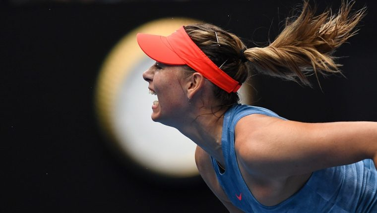 EPA7109. MELBOURNE (AUSTRALIA), 18/01/2019.- Maria Sharapova de Rusia en acción contra Caroline Wozniacki de Dinamarca este viernes, durante la tercera ronda del Abierto de Australia 2019, en Melbourne (Australia). EFE/ Lukas Coch AUSTRALIA AND NEW ZEALAND OUT