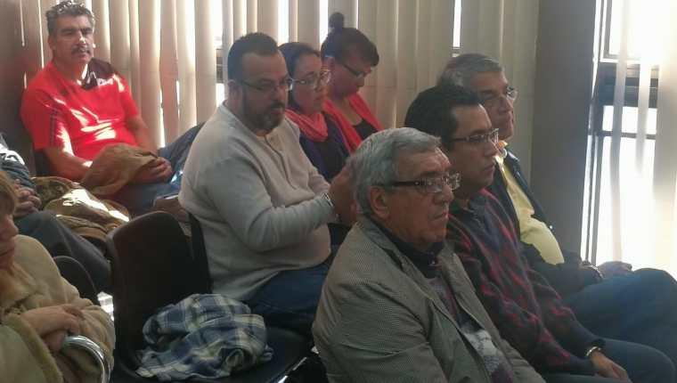 Dora Regina Ruano y Luis Alpirez Guzmán, dirigentes sindicales acuden ante juez para escuchar los motivos de su detención. (Foto Prensa Libre: K. Monzón)