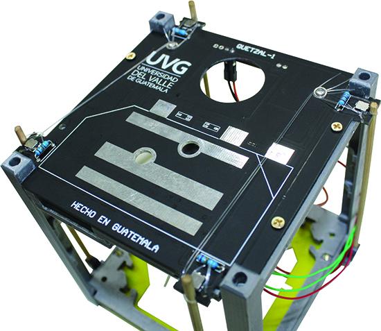 Sistema de despliegue de antenas de Quetzal-1, primer satélite guatemalteco que se desarrolla en UVG. (Foto Prensa Libre, Proyecto CubeSat).
