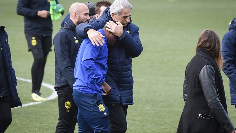 """TOPSHOT - Nantes' Bosnian head coach Vahid Halilhodzic (C) comforts Nantes' Ghanaian forward Majeed Waris prior to a team training session at the FC Nantes football club training centre La Joneliere in La Chapelle-sur-Erdre, western France, on January 24, 2019, three days after the plane of Argentinian striker Emiliano Sala vanished over the English Channel. - Police on January 24 ended their search for new Premier League player Emiliano Sala, saying the chances of finding the Argentine alive three days after his plane went missing over the Channel were """"extremely remote"""". Sala, 28, was on his way from Nantes in western France to the Welsh capital to train with his new teammates for the first time after completing a £15 million ($19 million) move to Cardiff City from French side Nantes on January 19. (Photo by LOIC VENANCE / AFP)"""