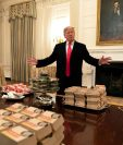 Donald Trump, presenta la comida rápida que se servirá a los Tigres de Clemson, que visitarán la Casa Blanca para celebrar su campeonato nacional de futbol americano universitario. (Foto Prensa Libre: EFE)