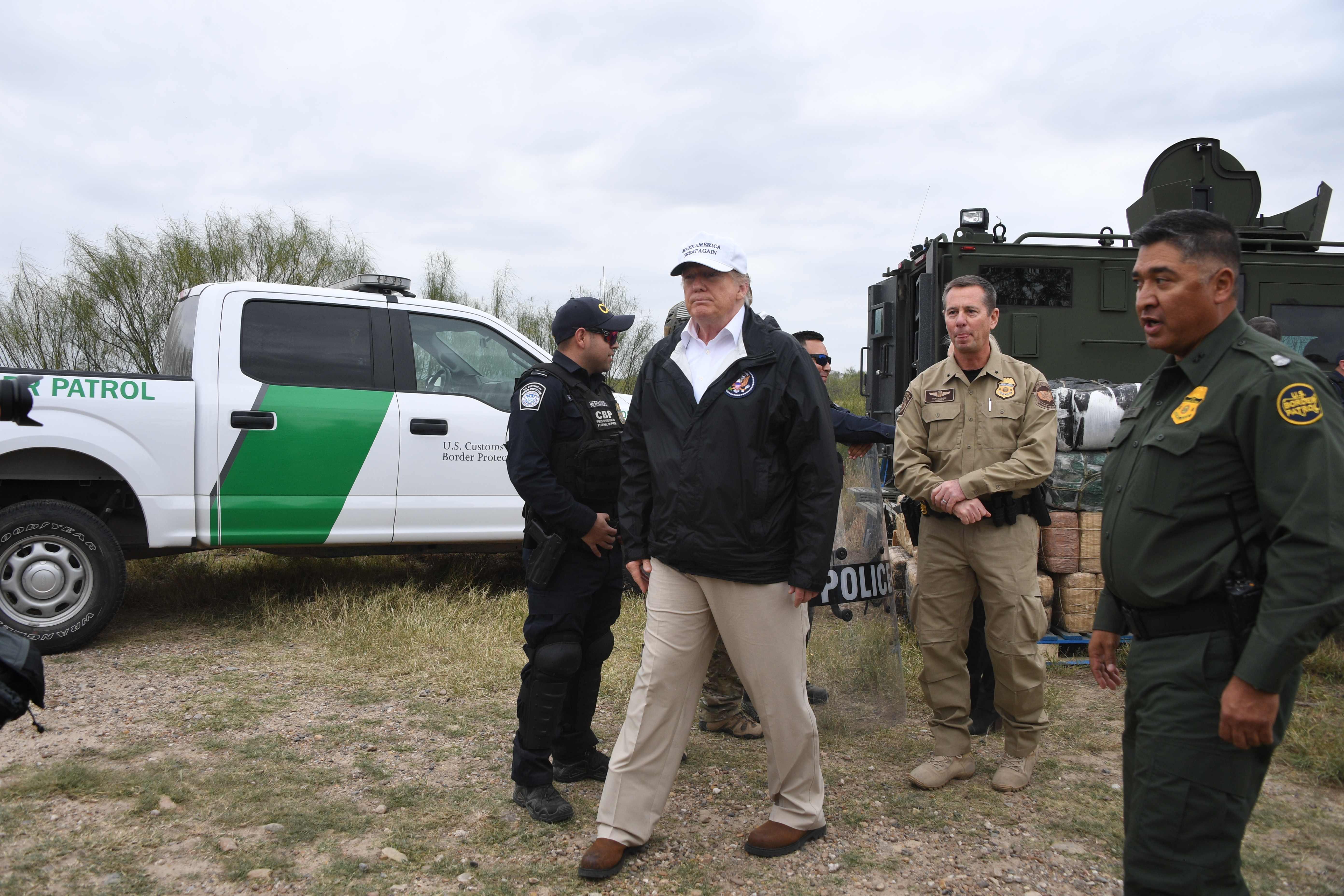 Trump revisa la situación migratorio cerca de Río Grande, en la frontera entre México y EE. UU. (Foto Prensa Libre: AFP)