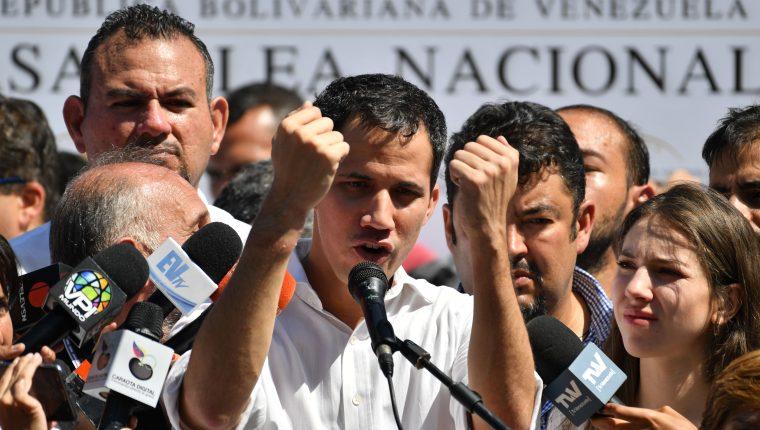 El presidente de la Asamblea Nacional de Venezuela, Juan Guaidó, hace un gesto mientras habla ante una multitud de partidarios de la oposición durante una reunión abierta en Vargas, Venezuela. (Foto Prensa Libre: AFP).