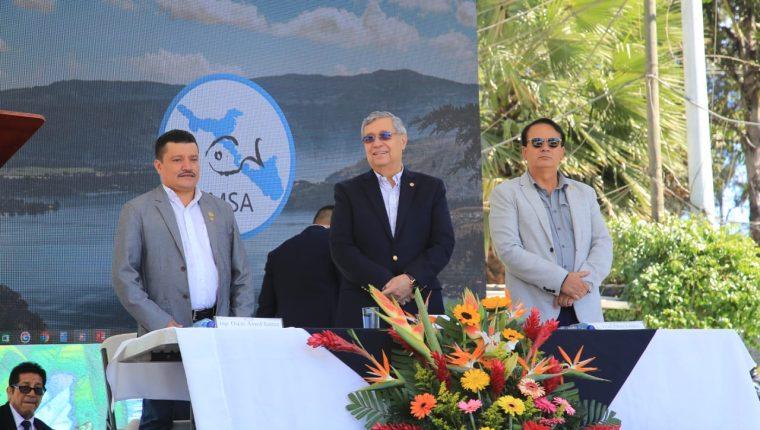 El vicepresidente Jafeth Cabrera participa de  actividad para el mantenimiento del Lago de Amatitlán. (Foto Prensa Libre: Vicepresidencia)