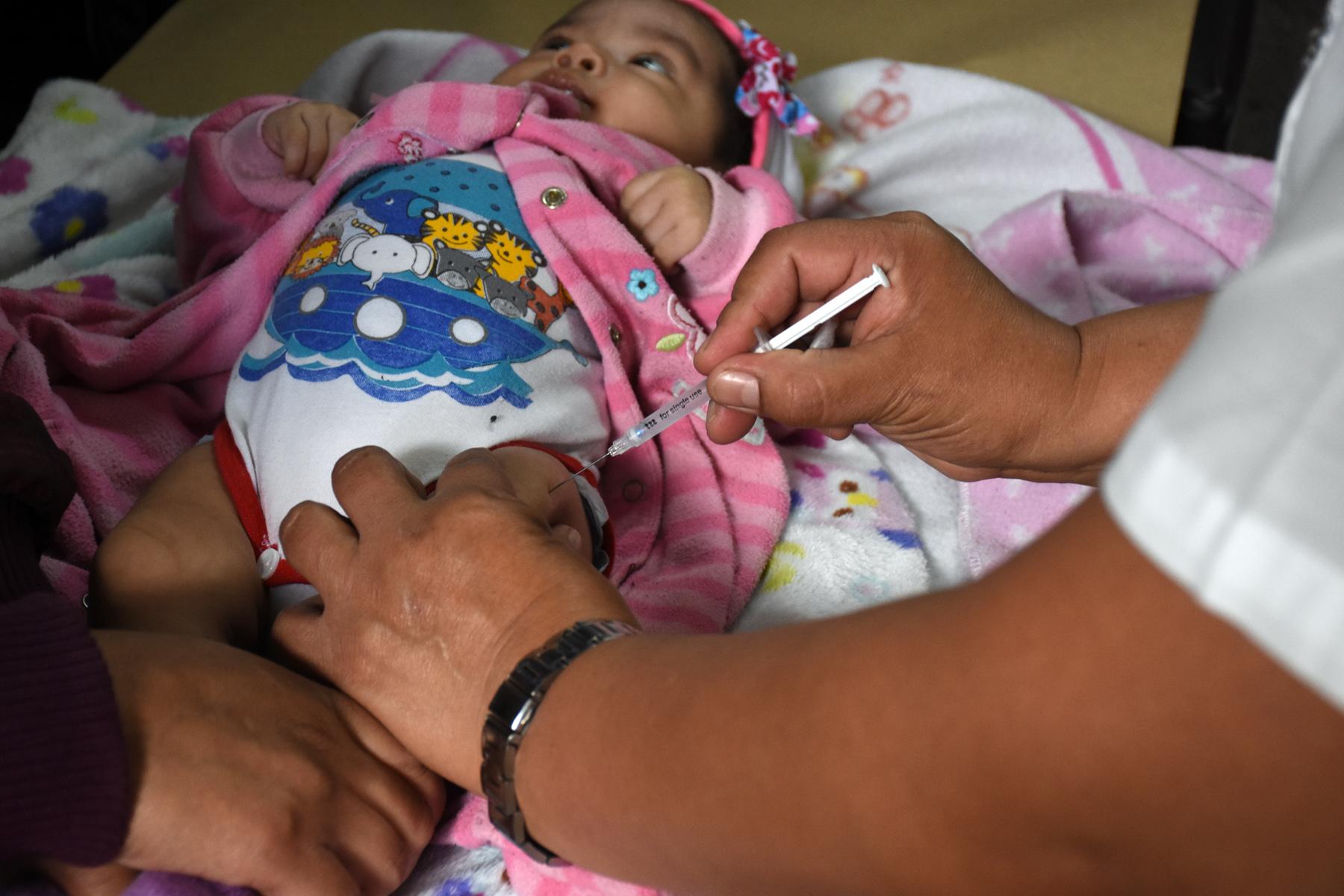 Los niños con edades de 12 a 18 meses deben ser inmunizados con la vacuna SPR. (Foto Prensa Libre: Ministerio de Salud)