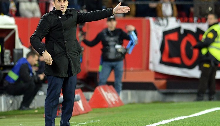 Barcelona's Spanish coach Ernesto Valverde gestures during the Spanish Copa del Rey (King's Cup) quarter-final first leg football match between Sevilla FC and FC Barcelona at the Ramon Sanchez Pizjuan stadium in Seville on January 23, 2019. (Photo by CRISTINA QUICLER / AFP)