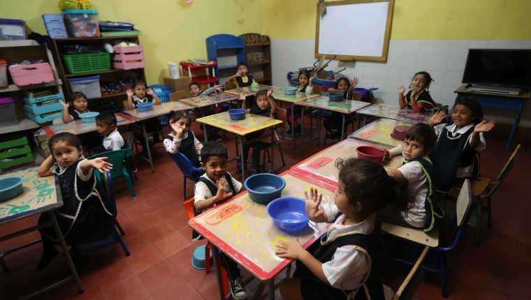 Los niños afectados por la erupción del volcán de Fuego el 3 de junio pasado, sobrepasan secuelas de la tragedia, y regresan a la escuela. (Foto Prensa Libre: Enrique Paredes)