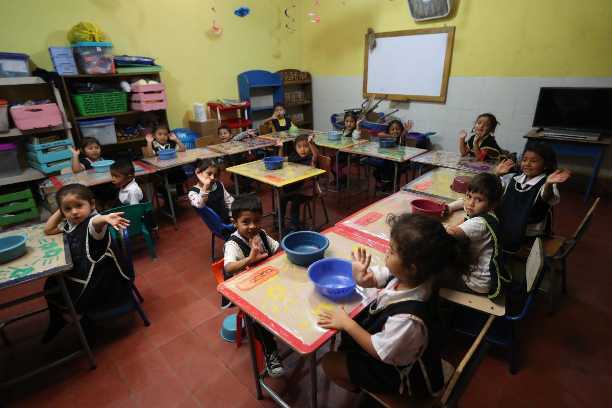 Niños víctimas del volcán de Fuego continúan sobrepasando secuelas de la tragedia y regresan a la escuela