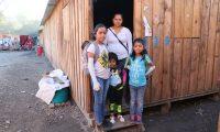 La familia Pérez Rivas que sigue sufriendo las secuelas de la tragedia, Cristel, de 7 años y Tatiana de 11, fueron afectadas con quemaduras. (Foto Prensa Libre: Oscar Rivas)